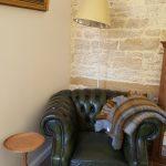 Le beau fauteuil Chesterfield du salon de La Cadole de Chardonnay