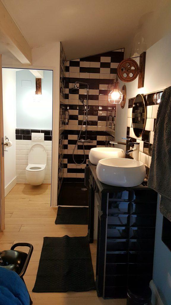 Salle d'eau et toilettes privées pour la chambre Viré-Clessé